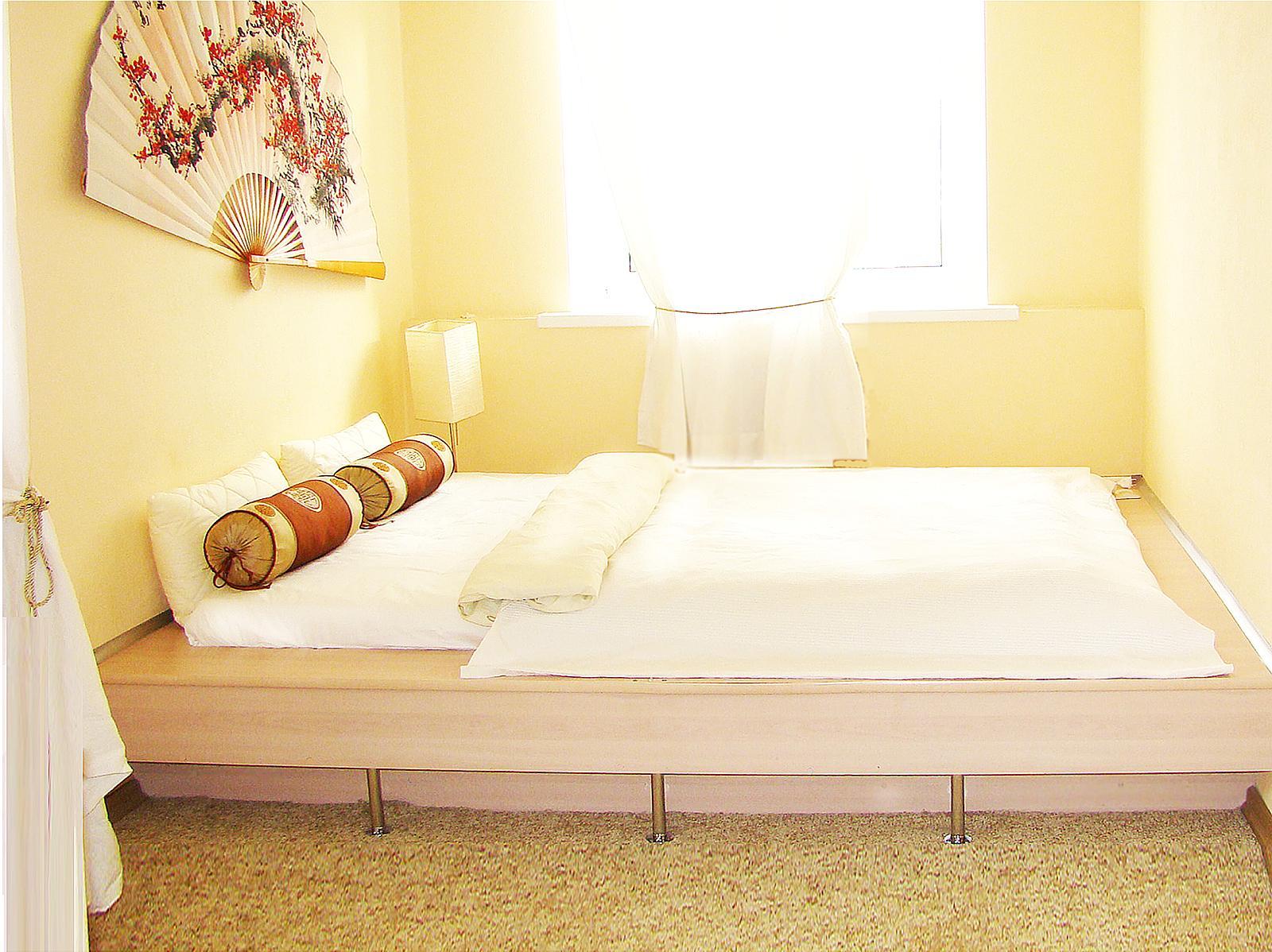 как поставить двуспальную кровать в зале фото помню