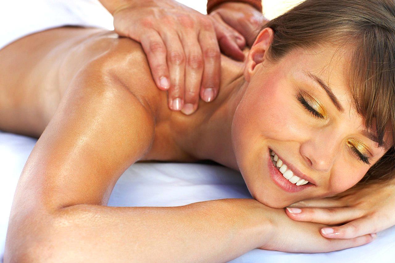 Картинка женщина делает мужчине массаж